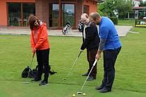 Redaktorka Deníku Hanka Masaříková si vyzkoušela golf v Golf Resortu Prostějov v Kostelci na Hané