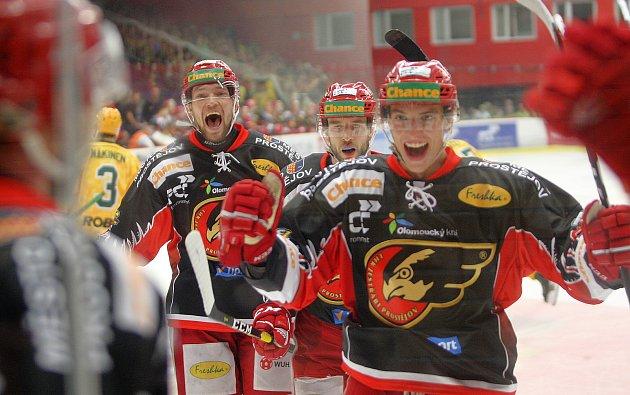 Hokejisté Prostějova (v černém) porazili Vsetín 6 5 v prodloužení. ... 49b44253ad