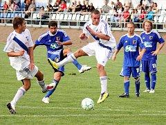 Prostějovští fotbalisté (v modrém) ve své domácí třetiligové premiéře nestačili na Frýdek-Místek, kterému podlehli 1:3.