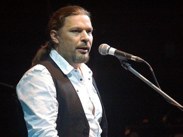 Prostějovským divákům se v sobotu večer na pódiu místního Společenského domu představil Petr Kolář, který dorazil i se svou kapelou v rámci Vánočního turné.