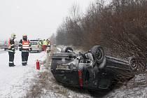 Jedna z prvních nehod způsobená ledovkou a sněhem se stala ve středu před patnáctou hodinou na rychlostní silnici R46 ve směru z Olomouce v blízkosti Prostějova. Ford Focus skončil při nehodě v příkopu na střeše.Před nehodu se začaly tvořit dlouhé kolony