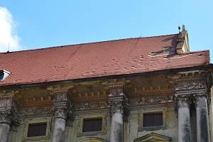 Řádění živlů při bouřce 1. července 2019 zanechalo viditelné stopy i na střeše plumlovského zámku.