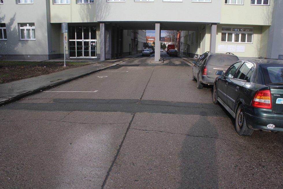 """Po přesunu úřadu práce na """"Ruďák"""" se podle některých místních nedá na náměstí pořádně ani parkovat, ani projet"""