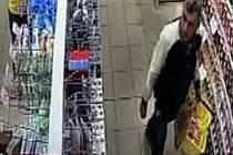 Zloděje zachytila kamera. Policie tak prosí o pomoc při jeho dopadení.