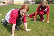 Mladé atletky stojí na startu své kariéry.