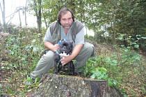Ladislav Fiala si se svou přítelkyní Lenkou pořídili prvního buldočka v roce 2006. Od té doby na buldočky nedají dopustit. Na fotce je Ladislav Fiala s Charliem.
