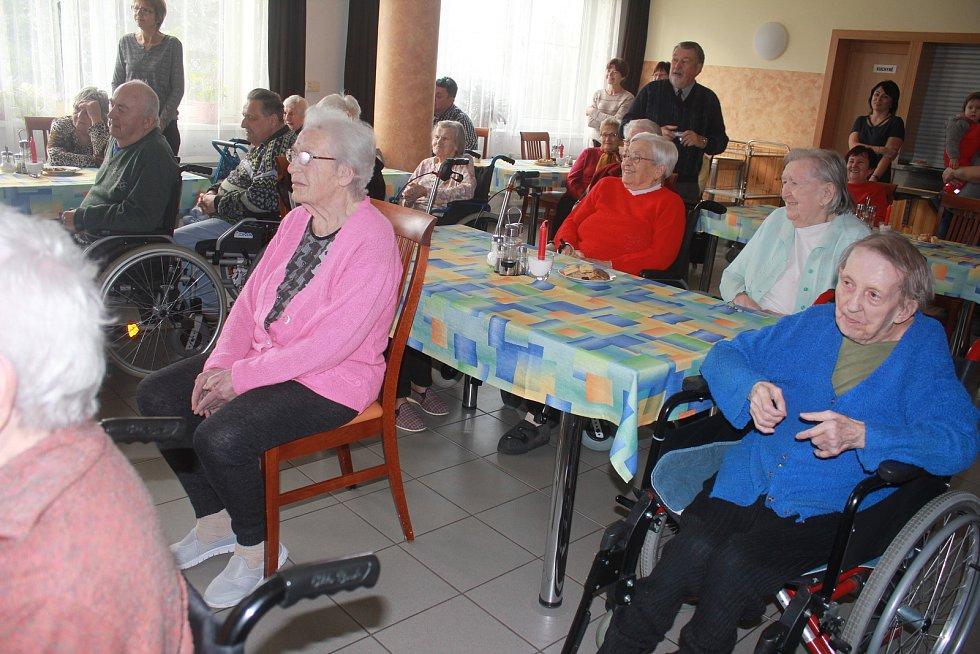 Děti z plumlovské základky obyvatelům domova zpestřily odpoledne