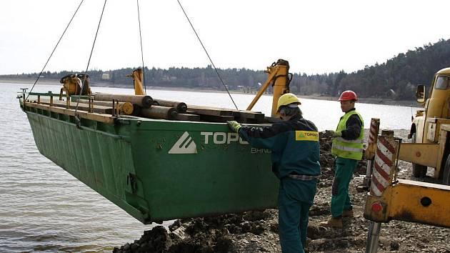 Příprava na průzkum dna vypouštěné plumlovské přehrady