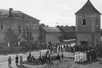 4. Občané Hrubčic při smuteční oslavě během pohřbu prezidenta T. G. Masaryka v roce 1937.