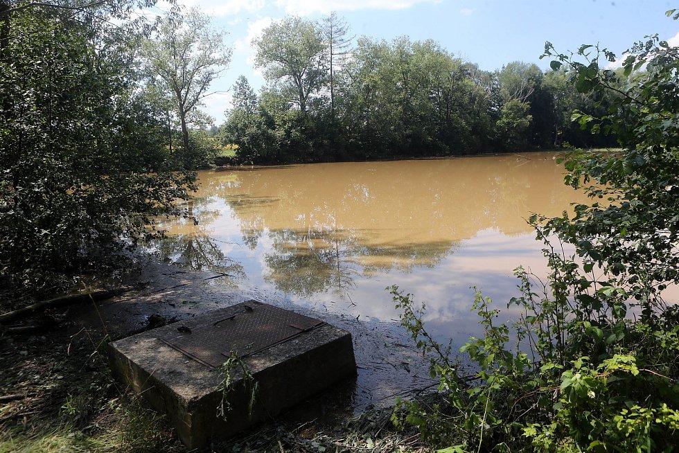 Poškozená hráz III. Bohuslavského rybníka po bouřce 21. července 2019