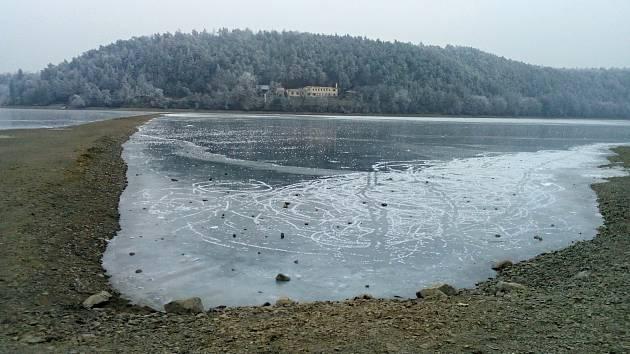 Zamrzlá plumlovská přehrada s nízkým stavem vody - 23. 1. 2019