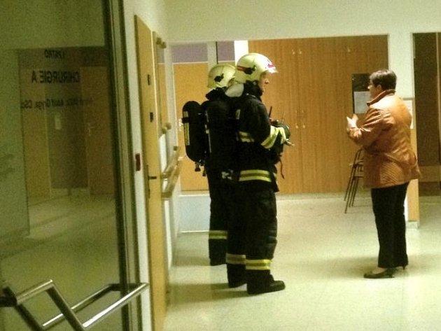 Hasiči zasahují při požáru v prostějovské nemocnici. Ilustrační foto