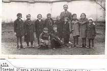Na dochovaném historickém snímku ze školní třídy z roku 1936 jsou dvě z dětských obětí – sestry Stella Brennerová (úplně vpravo) a Josefina Brennerová (čtvrtá zprava).