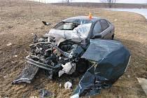 Vrak auta po nehodě u vrchoslavického rybníka