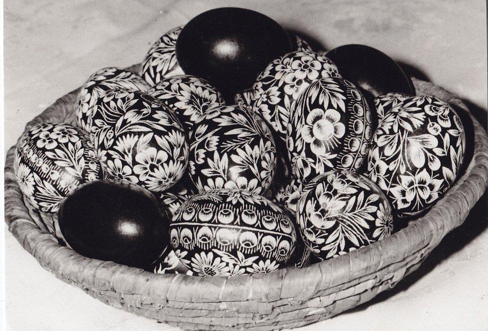 1. Zdobení kraslic o velikonočních svátcích je velmi starý, původně pohanský zvyk. Symbolicky znázorňuje plodivou sílu jarní omlazené přírody a nového života.