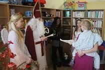 Do prostějovské nemocnice přišli udělat dětem radost čerti, andělé a také Mikuláš. Hodné děti si odnesly nadílku, zlobivé šmouhy v obličeji.