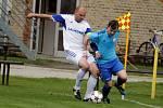 Fotbalisté Určic (v modrém) proti Petrovicím