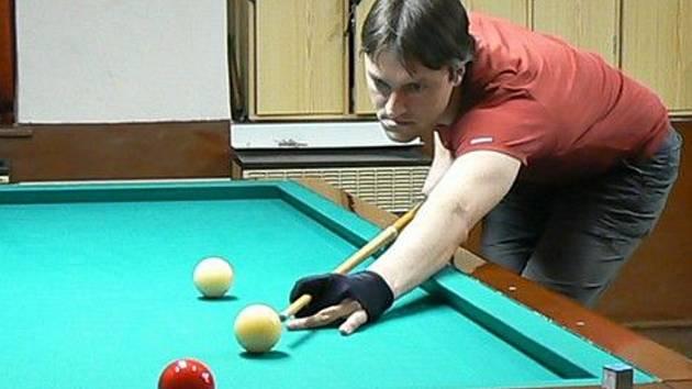 Prostějovský kulečníkář Martin Dostál v akci nad stolem, na němž mu to tolik jde.
