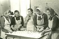 Příprava na výroční schůzi JZD, 60. LÉTA. Na fotografii: první zprava paní Sekaninová, paní Hloušková, vzadu paní Šustrová