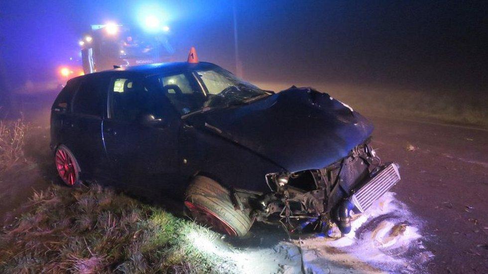 Řidička Seatu v husté mlze dostala smyk u Klenovic na Hané, tři zranění