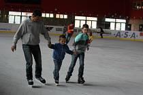 Milovníci zimních sportů oprášili brusle a vyrazili na prostějovský zimní stadion otestovat kvalitu letošního ledu. V sobotu se zde konalo první bruslení pro veřejnost.