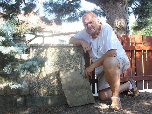 Karel Pekáček ze Seloutek našel na své zahradě část židovského náhrobku