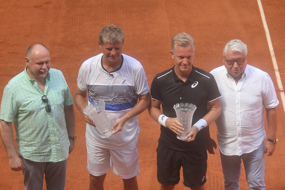 Tenisová exhibice mezi Jiřím Novákem a Švédem Johanssonem.