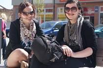 Slunečné a teplé počasí v posledních dubnových dnech láká lidi k procházkám i posezení na náměstí