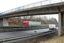 Most v havarijním stavu nad dálnicí D46 v Žešově. 14.1. 2020