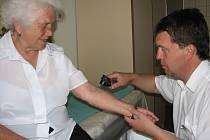Dermatoskop umožní lékaři odhalit okraje vyšetřovaného projevu a jeho hloubku.
