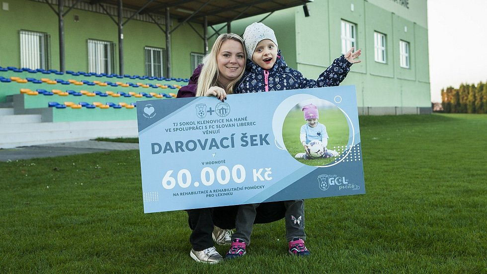 Fotbalové kluby FC Slovan Liberec a TJ Sokol Klenovice pomáhají handicapované holčičce z Prostějova. Na snímku Kateřina Piňosová s dcerou Lexinkou.
