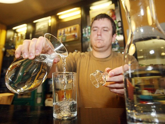 Podávání vody v restauraci. Ilustrační foto