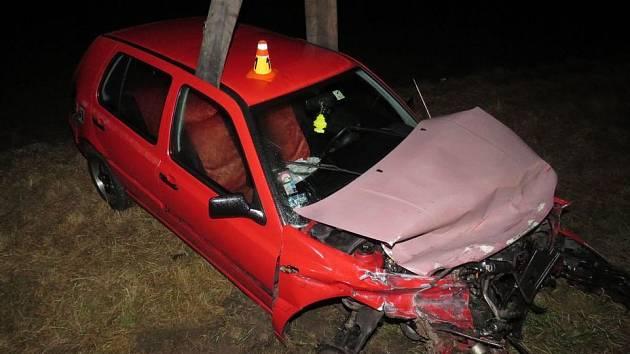 Řidič podle policie nezvládl řízení a s autem skončil mimo vozovku.