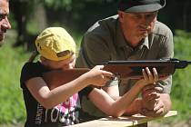 Děti v lese nedaleko Dzbelu čekala řada aktivit i pohádkových bytostí.