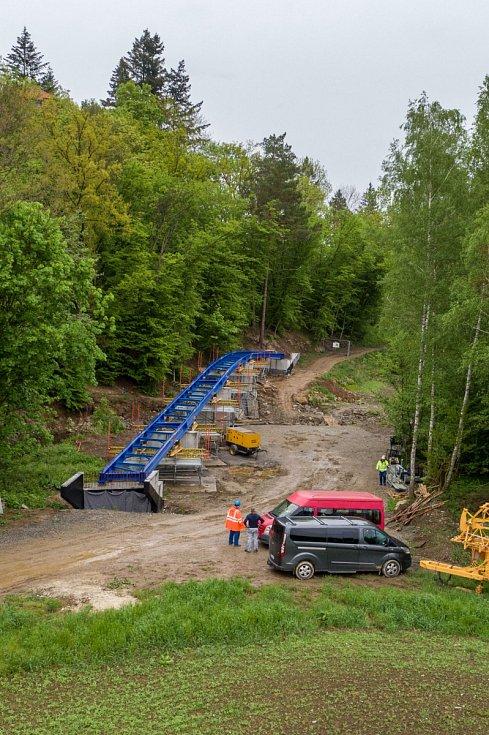 Pokládání ocelové konstrukce cyklostezkového mostu na plumlovské přehradě - 17. května 2021