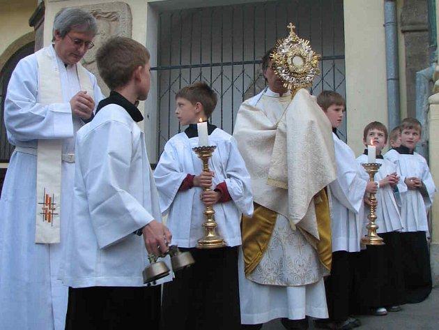 Kněží s monstrancí vyšli před kostel.