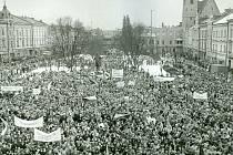 Po událostech doprovázejících pražskou manifestaci studentů 17. listopadu 1989 se vProstějově první veřejné shromáždění konalo 20. listopadu. O den později zde proběhla protestní demonstrace proti zásahu vůči studentům vPraze a na 27. listopad 1989 byla