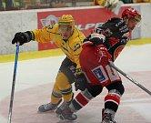 Hokejisté Prostějova (v černém) porazili Vsetín 6:5 v prodloužení.