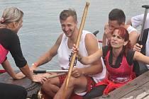 Hokejisté prostějovských Jestřábů si vyzkoušeli plavbu na dračí lodi s Rebelkami