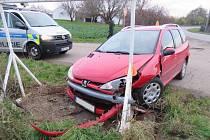 Mladá řidička nabourala do reklamního poutače