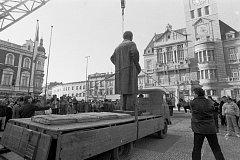 Pomník V. I. Lenina byl odstraněn 29. prosince 1989, pár týdnů po tzv. sametové revoluci.