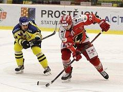 Prostějovší hokejisté (v červeném) porazili Přerov 3:2 v prodloužení.