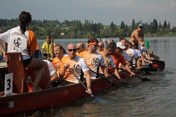 JAKO DRACI. Na plumlovské přehradě zahájil během závodu dračích lodí předvolební kampaň Úsvit přímé demokracie.