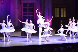 Balet Moravského divadla v Olomouci na nádvoří plumlovského zámku