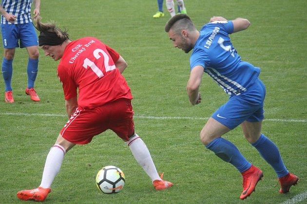 Fotbalisté Prostějova (v modrém) remizovali s Uherským Brodem 1:1 Michael Pochylý (Brod) a Lukáš Hapal (Prostějov)