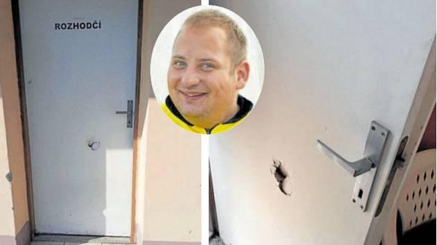 Po zápase v Bedihošti se do šatny rozhodčího Landy (ve výřezu) měli dobývat rozběsnění domácí příznivci, přičemž údajně poškodili i dveře.