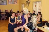 """""""Show must go on"""". Návštěvníci XXV. společenského plesu Obecního úřadu v Seloutkách si užili i Travesti show."""