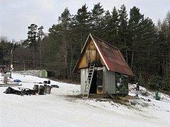 Požár strojovny lyžařského vleku v Kladkách