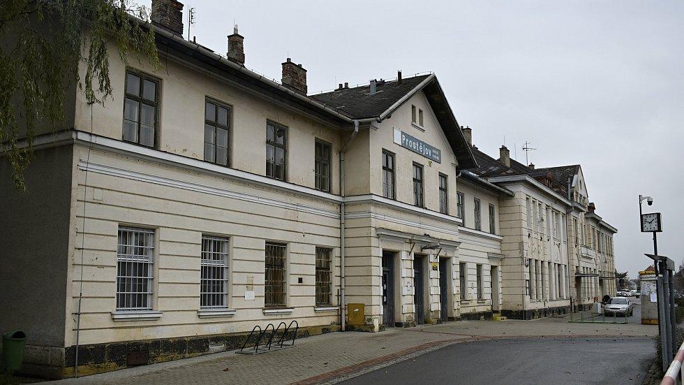 Místní nádraží v Prostějově je jednou z historických dominant města. 10.12. 2020