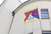 Tibetská vlajka na husitském kostele v Prostějově